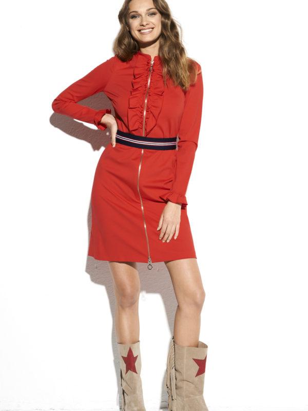 Czerwona dzianinowa sukienka do kolan.