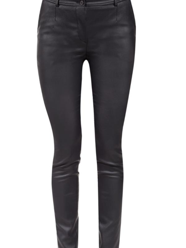 Czarne woskowane spodnie.