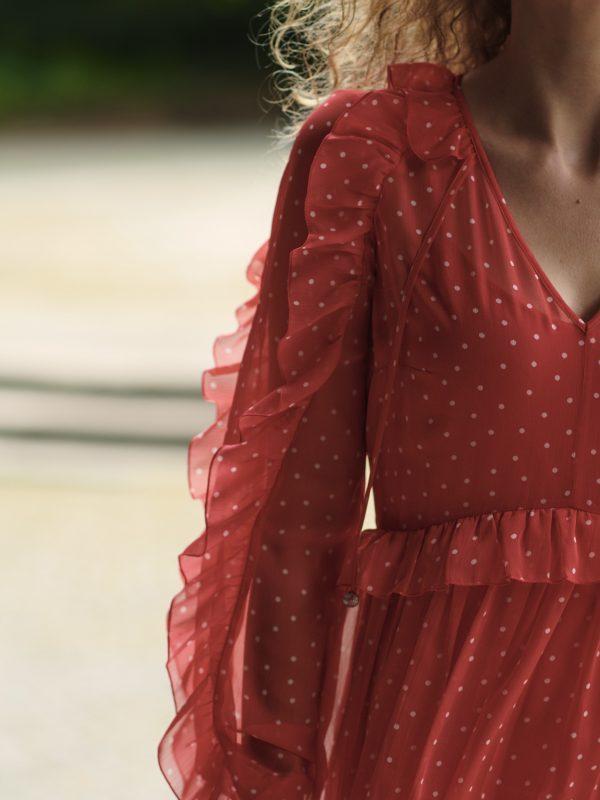 Długa czerwona sukienka w kropki, zwiewna