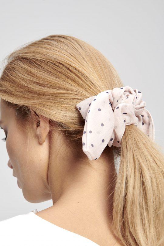różowa materiałowa gumka do włosów maruschka