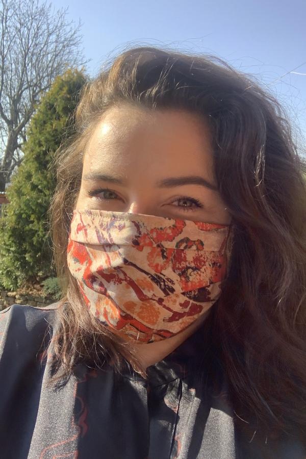 beżowa maska z nadrukiem