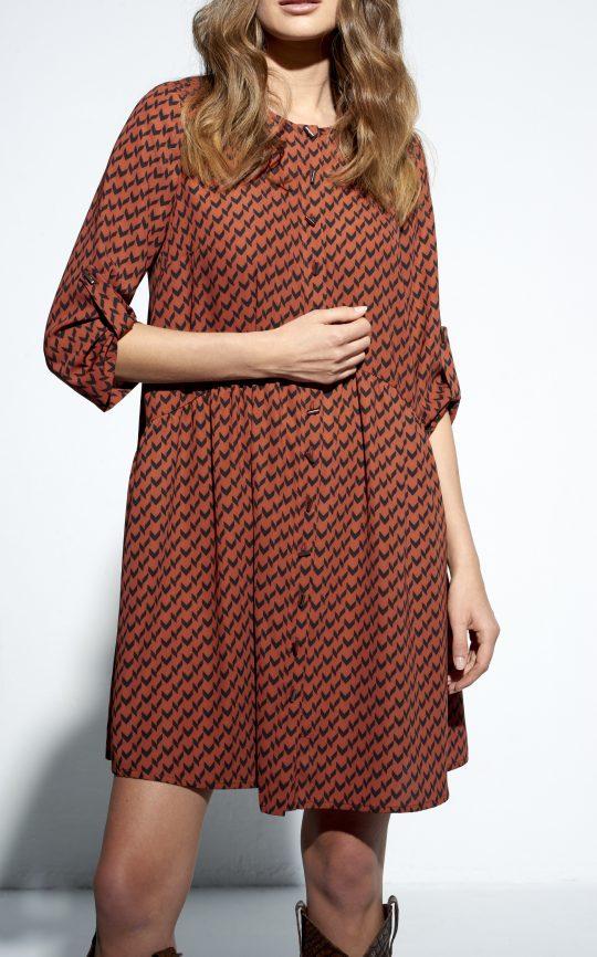 brązowa sukienka we wzory