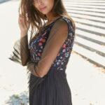 granatowa sukienka z haftem